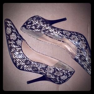 snake skin print pointy shoes